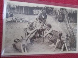 KIKOUYOU . RITE CULTUREL ANALOGUE . LA CONFESSION . L UN DES HOMMES ACCROUPIS ENONCE SES PECHES - Kenya