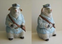 La Poste Mouton Facteur En Céramique Distribuant Une Lettre - Ceramics & Pottery
