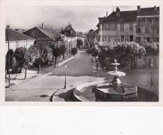 CPSM (01)  BELLEY Place Des Terreaux Et Rue De La République Fontaine Fountain Water Fountain - Belley