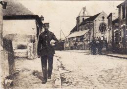 Photo Mai 1917 MAUREGNY-EN-HAYE (près Laon) - Une Rue, Soldat Allemand (A135, Ww1, Wk 1) - Unclassified
