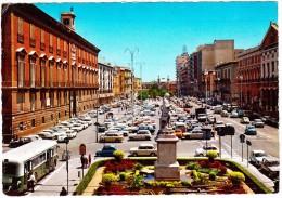 Bari: 100+ AUTO'S; FIAT 500, 850 & COUPÉ, RENAULT 4 & 8, BMW 1500, BUS, Etc.  - Palazzo Del Governo -  (Italia) - Voitures De Tourisme