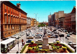 Bari: 100+ AUTO'S; FIAT 500, 850 & COUPÉ, RENAULT 4 & 8, BMW 1500, BUS, Etc.  - Palazzo Del Governo -  (Italia) - Turismo