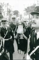 France Cannes Actrice Isabelle Adjani & Gendarmes Film Cinema Ancienne Photo 1983 - Famous People