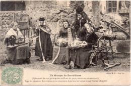 UN GROUPE DE DENTELLIERES (Hte Loire) - Costumi