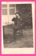Carte Photo - Homme Fumant Une Cigarette Et Buvant Un Verre Dans Le Jardin - Montre Gousset - Société LUMIÈRE - Photographs