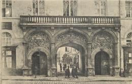 59-321   CPA CAMBRAI   Porte De L'ancien Palais Penelon  Animation   Belle Carte - Cambrai