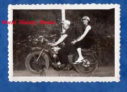 Photo Ancienne - Homme Conduisant Sa Femme En Moto - Modèle Terrot ? - Voir Immatriculation - Cars