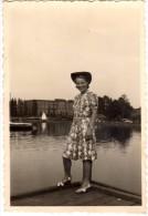 Photo Originale Femme - Portrait - Jeune Femme Souriante Avec Chapeau Au Bord D'un Lac En 1942 - Pin-ups