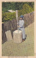 POSTAL DE AN INDIAN WOMAN GRINDING MAIZE IN PRIMITIVE FASHION (INDIO) GREAT SMOKY MOUNTAINS NATIONAL PARK - Indios De América Del Norte