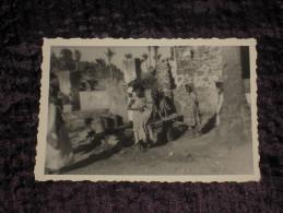 Petite Photo Ancienne ~1950 COMORES Fillettes Autour De La Mosquée - Dentelée 9.5 X 7 Cm. TBE - Comores