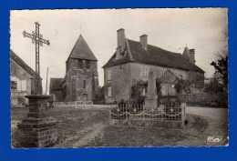 SACIERGES ST MARTIN INDRE  Place De L'église Entrée Du Château . Cp Dentelée ( 14 X 9) 5 Petites Marques Non Perforantes - Autres Communes