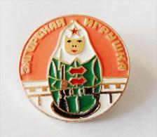 Broche Russe Femme Militaire... ?? - Badges