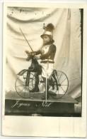 PHOTO Format  9 X 14 - PETIT GARCON En CUIRASSE Sur  CHEVAL DE BOIS A 3 GRANDES ROUES - Repiquage JOYEUX NOEL - Other