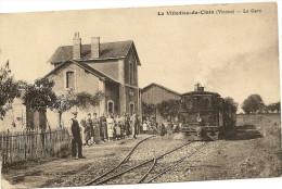 86/ La Villedieu Du Clain - La Gare - Avec Train Et Belle Animation - La Villedieu Du Clain