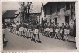 Photo Originale  Défilé De Scouts Scoutisme Meute Lieu à Déterminer Voir Verso 1945 - Professions