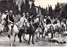 FOLKLORE ( GARDIANS CAMARGUE ) Confrérie Des Gardians Avec Arlésiennes En Croupe   - CPSM Dentelée GF 1957 - Folklore