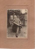 Tirage Photo Originale Albuminé - Collée Sur Carton - Notable, Homme Fier Sur Un Fauteuil D'osier En Extérieur - Photos
