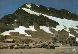 Y40  / DEPT 73 CPSM 1980  COL DE L´ISERAN VUE GENERALE HOTEL REFUGE ANIME VOITURES - France