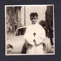 Petite Photo Originale Paul Le Jour De Sa Communion Devant Renault Dauphine 5 Juin 1960 - Cars