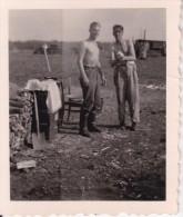 Foto 2. WK - Deutsche Soldaten Im Lager - 4*5cm (21440) - Krieg, Militär