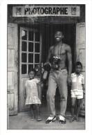 MADAGASCAR ... PHOTOGRAPHE DEVANT SA BOUTIQUE .. PUB KODAK .... PHOTO DE MAZEN SAGGAR - Fotografie