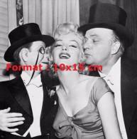 Reproduction D'une Photographie De Marilyn Monroe Recevant Un Baiser D'un Ventriloque Et De Sa Poupée - Reproductions