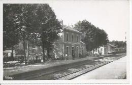 9 - ST-MARTIN-D'ESTREAUX - LA GARE   (  Animées ) - France