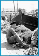 PHOTO Photographie BRETAGNE à Localiser (22 Ou 29) - Pêcheur Réparant Ses Filets - Métier Pêche En Mer Port - Métiers