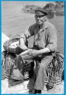 PHOTO Photographie BRETAGNE à Localiser (22 Ou 29) - Pêcheur Grattant Un Poisson - Métier Pêche En Mer Port - Métiers
