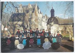 Besse Sur Braye - 72 - Le Groupe Folklorique Bonnet Besseen Devant Le Château De Courtavaux  Cpm - Photo Claude Prégeant - Costumi
