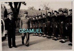 Photographie Originale - Guerre D'Algérie - Revue De Troupe Par Un Général. - Format  12,5 Cm Par 8,5 Cm Environ. - Photos