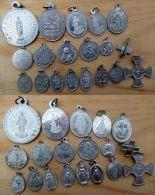 Mada-754 Lot De 19 Médailles Religieuses Anciennes La Majorité En Alu - Religione & Esoterismo