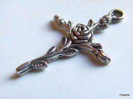 1 Breloque Pendentif Croix à La Rose Fleur Et Ses Boutons En Métal Argenté Belle Qualité Environ 35x24mm   Jolie Croix à - Perles