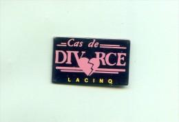 RARE  PINS  TELEVISION LA CINQ  CAS DE DIVORCE     FB707 - Medios De Comunicación