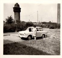 Photo Originale Voiture - Trabant 601 S Avec Femme Et Chien Devant Une Tour ? Château D'eau ? Moulin ? - Auto's
