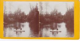 Vieille Photo Stereoscopique Canal Du Pas De Calais Un Militaire Et Un Homme Sur Barque Vers 1920 - Stereoscopic