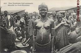 MADAGASCAR UNE VENDEUSE AVENANTE MARCHE DE PORT-FLORENCE EROTISME ETOTICISM NAKED WOMAN ETHNOLOGIE ETHNIC - Madagascar