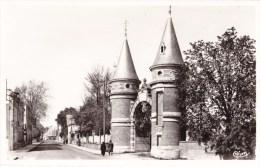 VOUZIERS (Ardennes) - La Rue Gambetta Et Les Tourelles - Vouziers