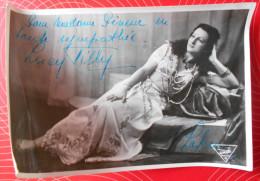 Photo Dédicacée, Comédienne (Lucy Willy - Lakmé)---Studio Emilio, Bruxelles---17,7 Cm X 11,6 Cm - Signiert
