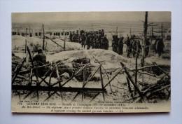 51 -bataille De La Marne - AU BOIS BRICOT - Un Régiment Allant Prendre Position Traverse Les Anciennes Tranchées Alleman - Guerra 1914-18