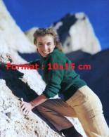Reproduction D'une Photographie De La Jeune Marilyn Monroe Faisant De L'escalade - Reproductions
