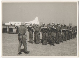 Foto/Photo. Militaria. Indépendance Du Congo. Avion &  Soldats. Août 1960. - Afrika