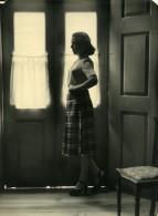 Portugal Guimaraes Etude Photographique Femme A La Maison Talons Hauts Ancienne Photo Azevedo 1950 - Anonymous Persons