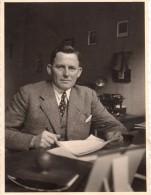 Photo Originale Bureaucrate - Karl Au Bureau En 1937 - Machine à écrire - Calendrier - - Métiers
