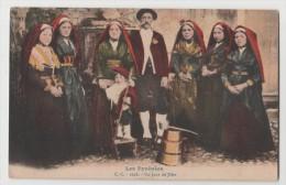 CPA Les Pyrénées Un Jour De Fêtes , Costumes - Kostums