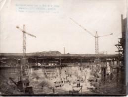 Photo Originale  Années 30/50, Fouille, Terrassement En Bordure De Batiment Existant (gare Ou ?), 2 Grues, Très Animée - Métiers