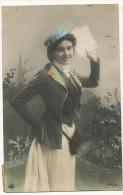 Deltiology Collection Carte Postale Real Photo Belle Jeune Fille Facteur Apportant  Des Cartes Postales Colorisée - Cartes Postales