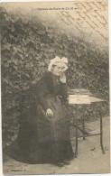 Deltiology Collection Carte Postale Les Ponts De Cé 49 Femme Regardant Des Cartes Postales - Cartes Postales