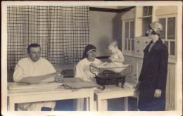 Fotokaart - Moeder & Kind Bij Dokter & Verpleegster - Weging - Kinderzorg - Fotograaf Bogemann - Genck Genk - Photos