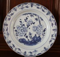 CHINA, Porzellanplatte, Quianlong 1736-1795Marke: Ohne, Sehr Feines PorzellanMotiv: Bambus Und Phäonien, Fahne Mit Lotos - Asiatische Kunst